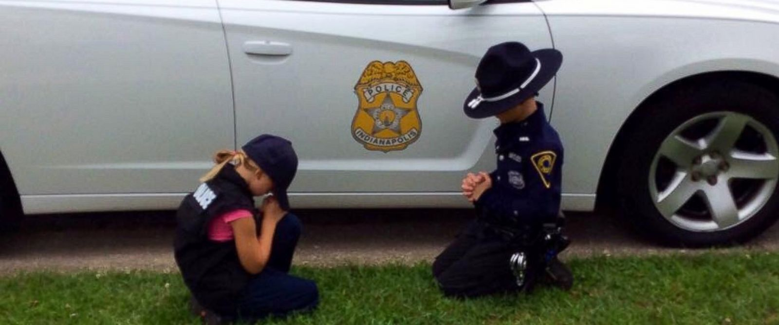 Photo Captures Police Officer's Children Praying for His Safety