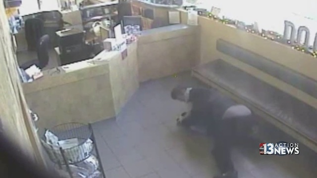 Watch Off Duty Cop Fight Robbery Suspect With Gun
