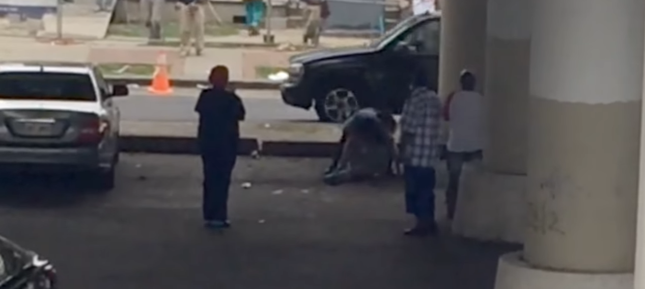 New Orleans Police Officer Fights With Suspect As Everyone Films
