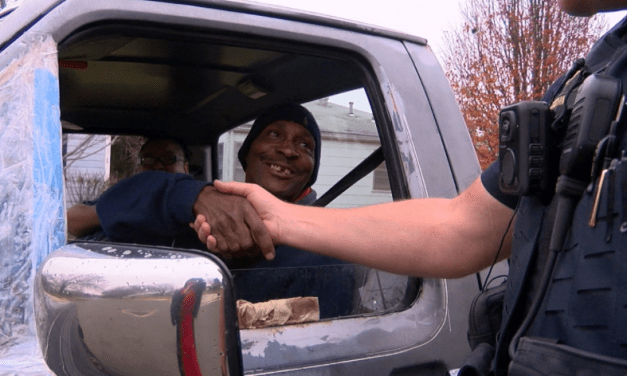 Tulsa Police Participate In Random Acts of Kindness